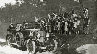 1921 kurz vor dem Etappenziel Freudenstadt: Freudig begrüßt die Schuljugend einen Mercedes-Tourenwagen aus dem Saarland bei der Tourenfahrt.