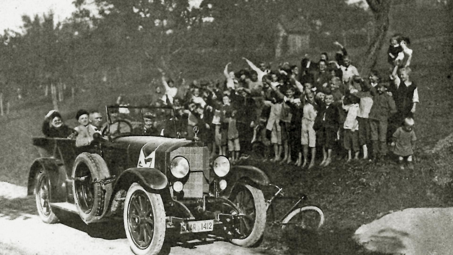 1921 kurz vor dem Etappenziel Freudenstadt: Freudig begrüßt die Schuljugend einen Mercedes-Tourenwagen aus dem Saarland bei der Tourenfahrt im Rahmen des ersten Baden-Badener Automoblil-Turniers.