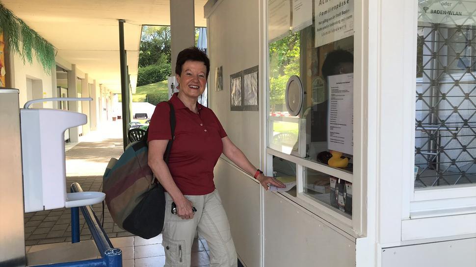 Ingrid Maria Reiß bezahlt ihr Ticket an der Schwimmbad-Kasse.