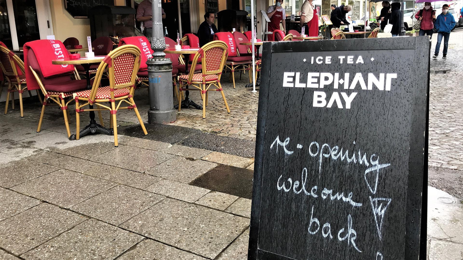 Ein Schild vor einem Restaurant macht auf die Wiedereröffnung aufmerksam.
