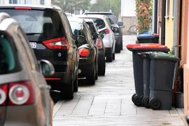 Autos parken auf einem Gehweg