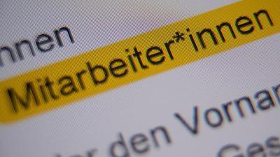 """ILLUSTRATION - Die Anrede """"Mitarbeiter*innen"""" ist in der Handreichung """"Hinweise zur Umsetzung der geschlechtersensiblen Sprache für die Verwaltung der Landeshauptstadt Stuttgart"""" markiert und auf einem Bildschirm zu sehen. (zu dpa """"Stuttgart setzt auf Gender-Sternchen"""") +++ dpa-Bildfunk +++"""