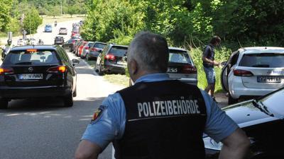 Der Gemeindevollzugsdienst Baden-Baden kontrolliert die Verkehrslage auf der Schwarzwaldhochstraße (B500) bei den Geroldsauer Wasserfällen.