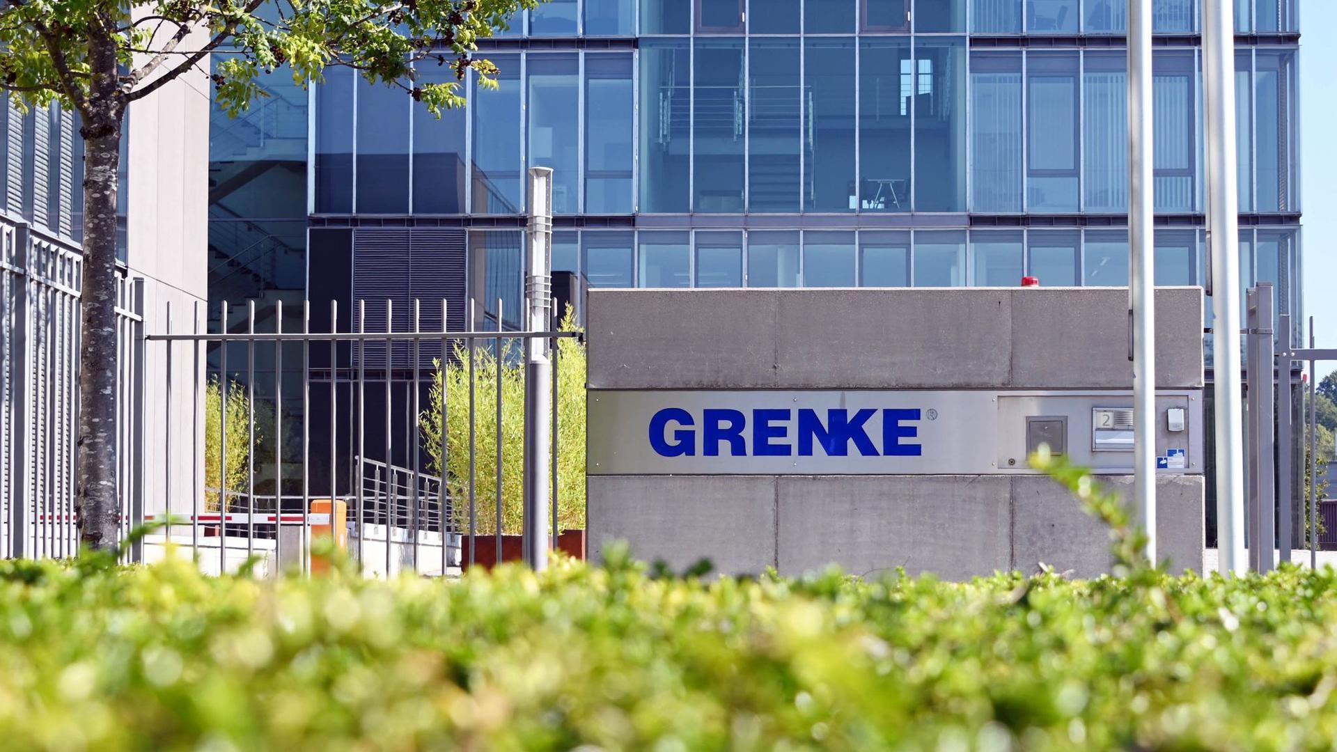 Der Schriftzug des Finanzdienstleisters Grenke AG steht an der Zentrale der Aktiengesellschaft.