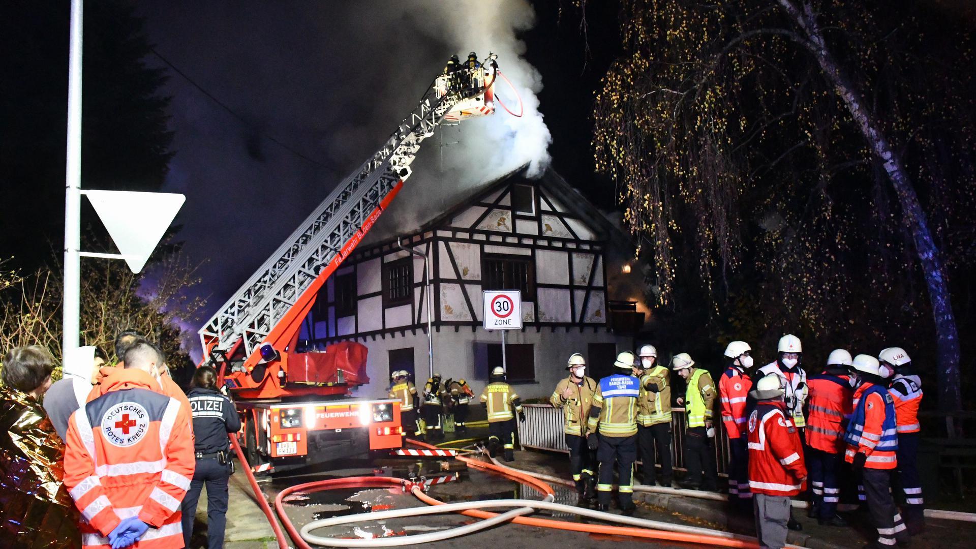 Baden-Baden- Neuweier Im Finkengarten-Schopf in Vollbrand-Flammen greifen aufs Haus über Anwohner draußen