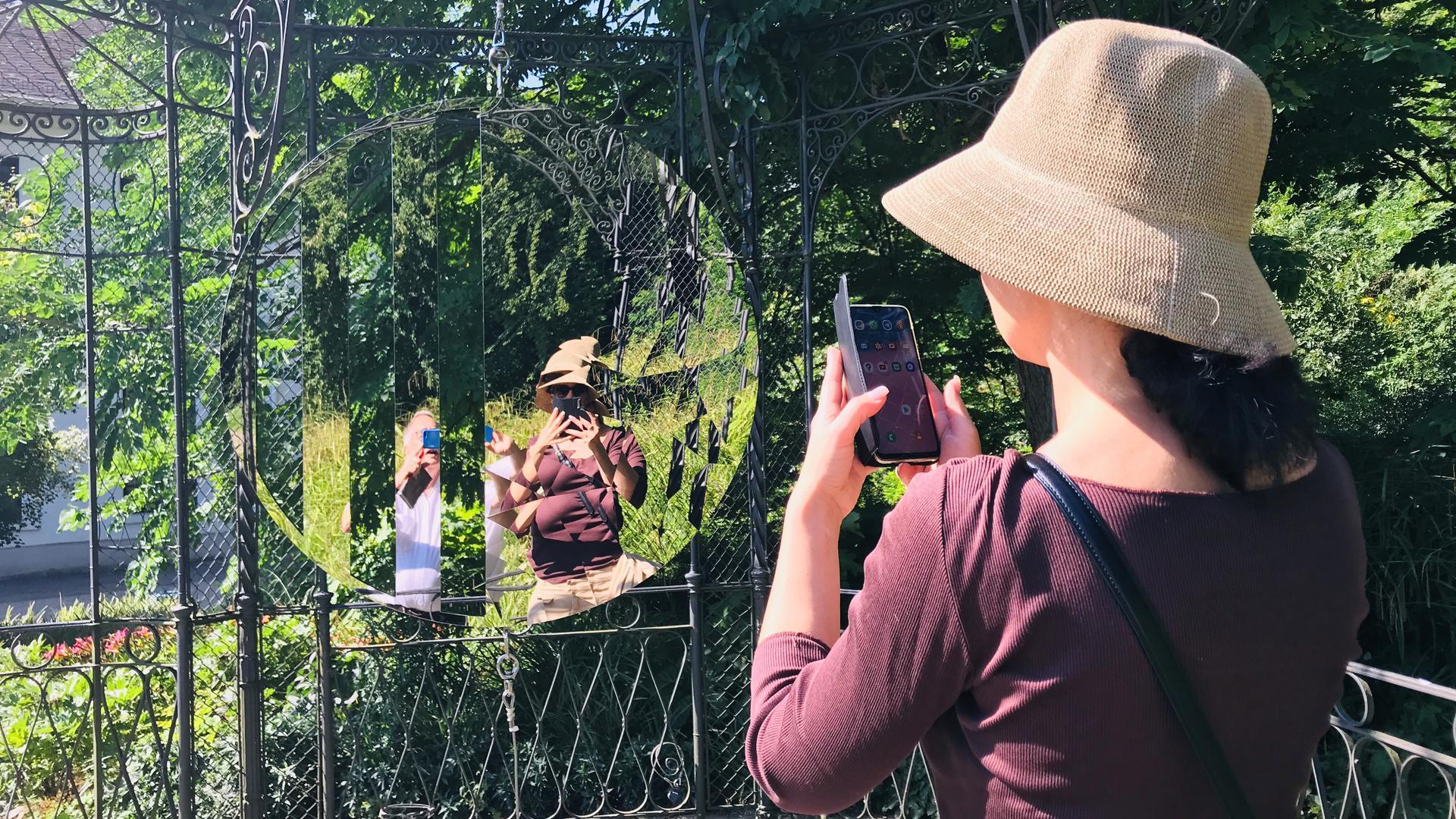 """Mal in den Spiegel schauen: Das können Besucher der Kunstaktion """"kunst findet stadt"""". Die hängende Installation bietet ungewöhnliche Perspektiven auf die Umgebung."""
