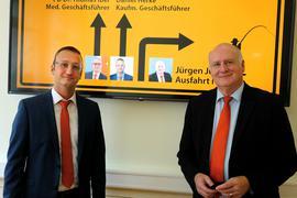 Übergibt den Vorsitz: Jürgen Jung (rechts) wurde nun offiziell von seinem Nachfolger Daniel Herke (links) abgelöst. Oberbürgermeisterin  Margret Mergen als stellvertretende Aufsichtsleiterin des Klinikums würdigte Jungs jahrelange Arbeit.