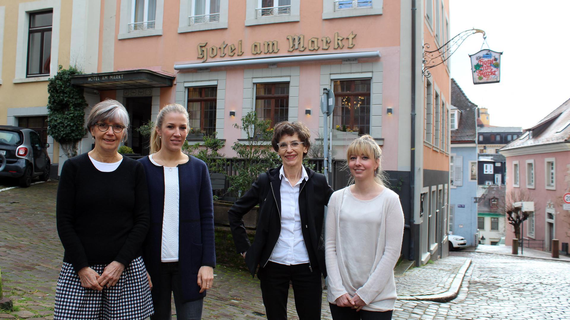 """Stolz auf 70 Jahre """"Hotel am Markt"""": Andrea Bogner-Schindler (von links), Laura Bövers, Doris Jung und Lisa Baum sehnen sich nach einer Öffnungsperspektive für ihr traditionsreiches Privathotel Garni."""