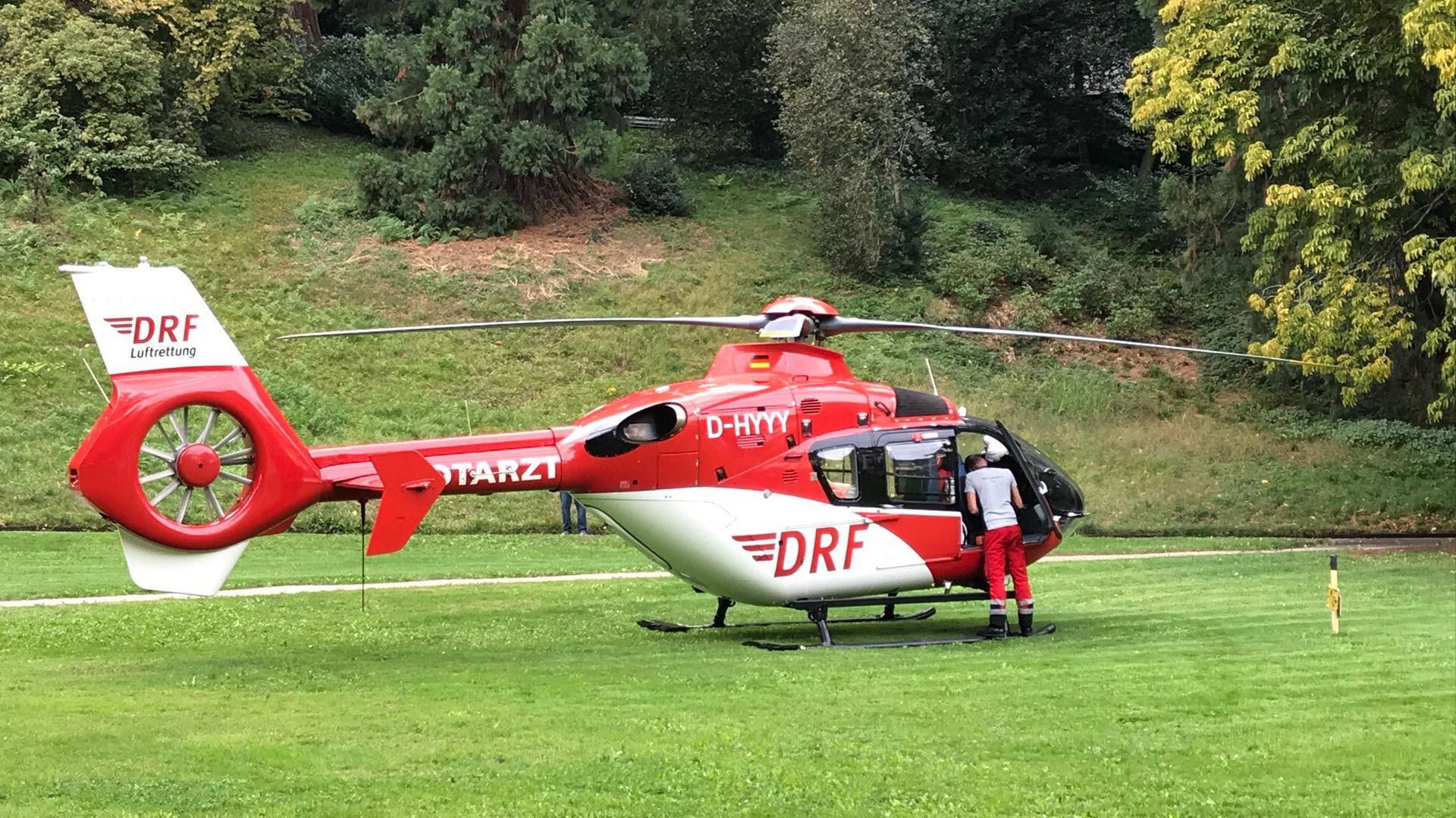 Ein Rettungshubschrauber ist für einen Einsatz auf einer Wiese im Kurgarten in Baden-Baden gelandet.