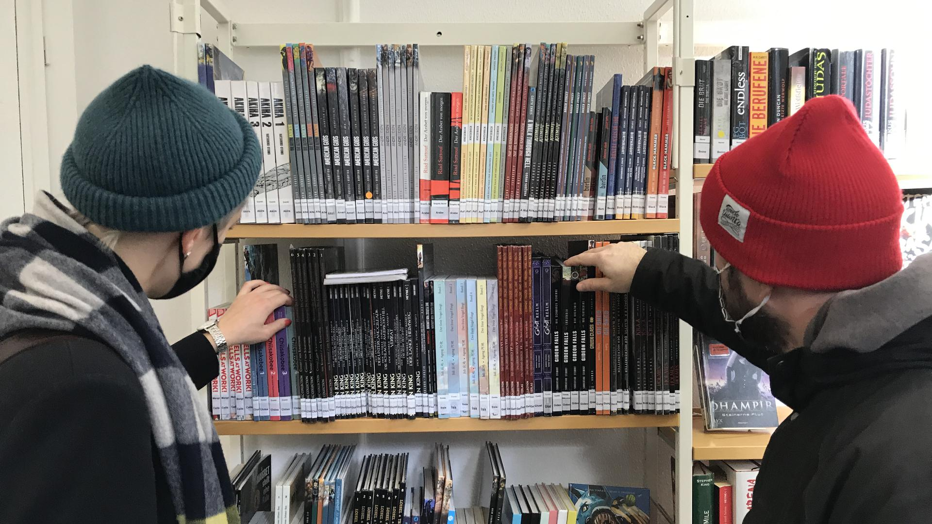 Paar vor Bücherregal