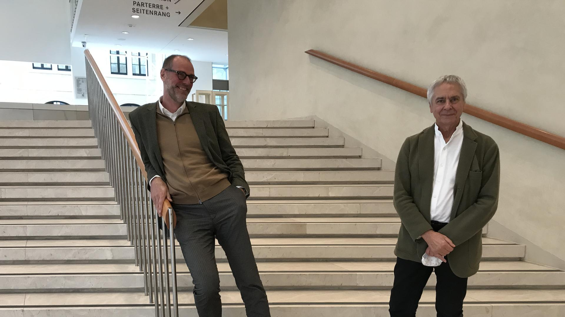 Benedikt Stampa (links), Festspielhaus Intendant steht neben dem Chefchoreographen John Neumeier auf einer Treppe