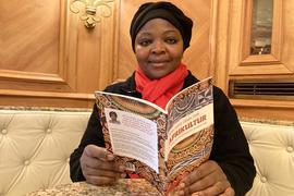 """Marthe Leonie Ganyou Diefe mit ihrem Buch """"Afrikultur"""""""
