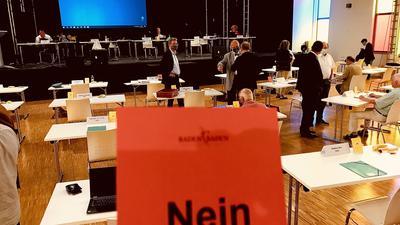 """Ein rote Karte mit """"Nein"""" steht am Platz eines Gemeinderats in Baden-Baden in der Akademie-Bühne."""