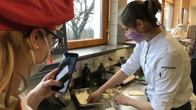 Meike Dütsch formt Nudeln und wird dabei gefilmt