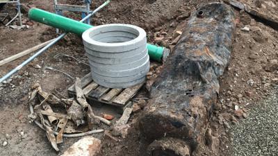Alter Wasserboiler im Boden.
