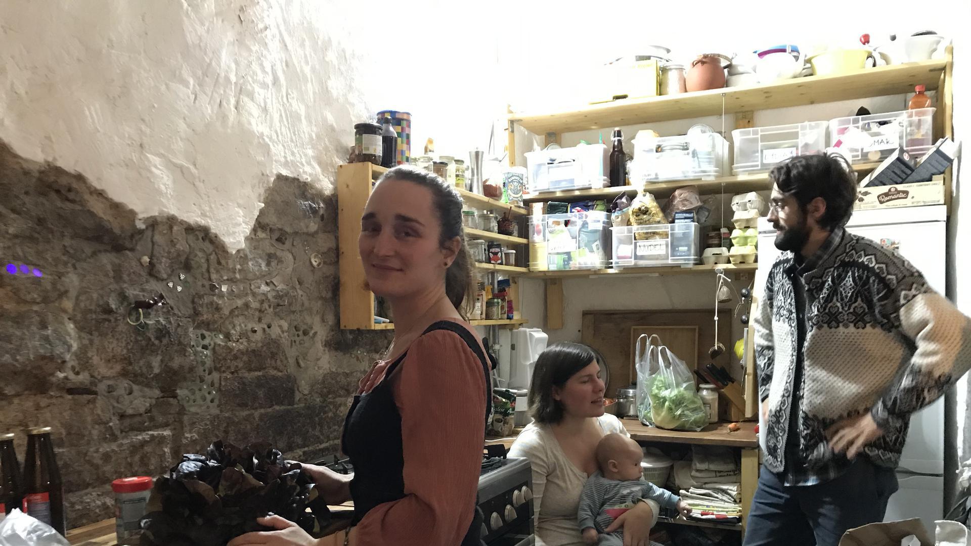 Drei Mitbewohner treffen sich in der WG-Küche in Baden-Baden.