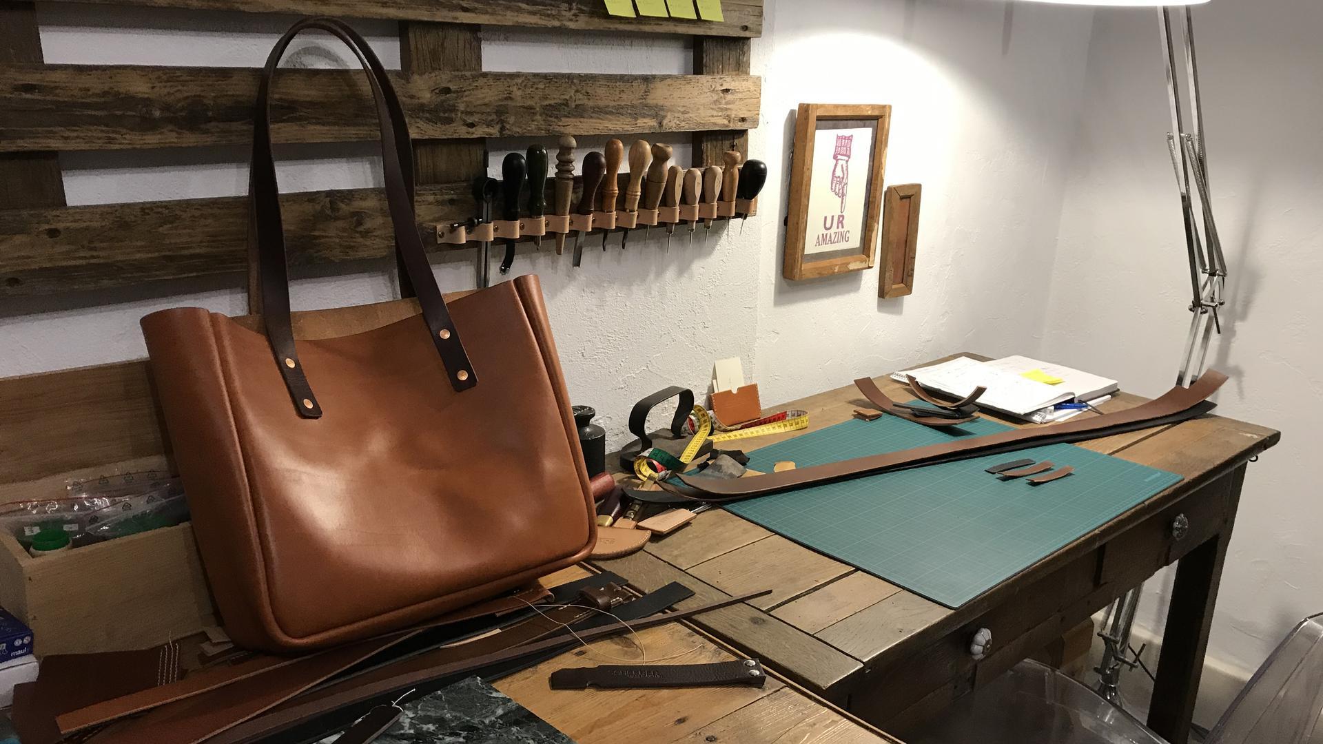 Mario Scheerer arbeitet im Atelier der WG an seiner Leder-Ware.