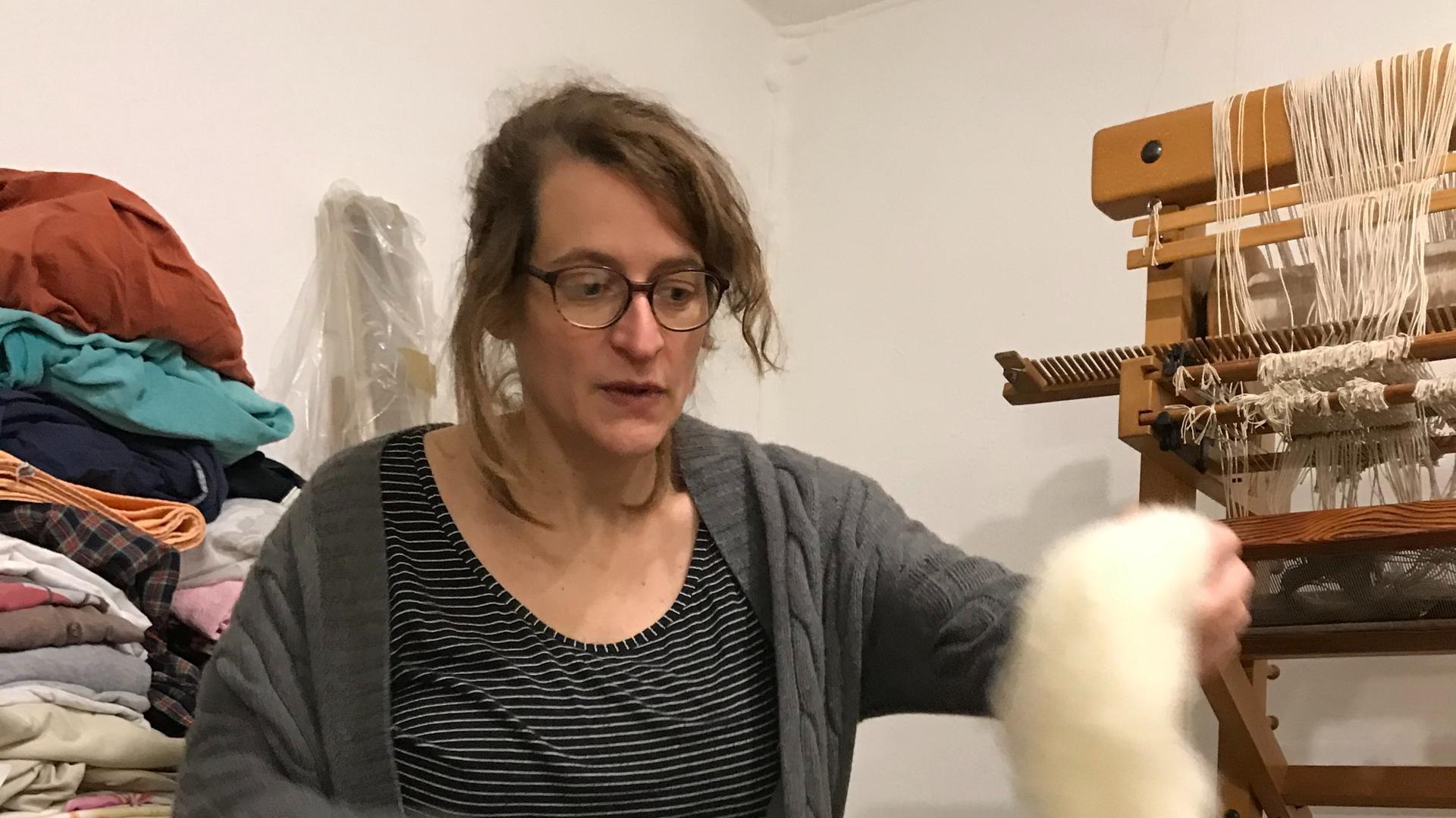 Simone webt im WG-Atelier Teppiche.