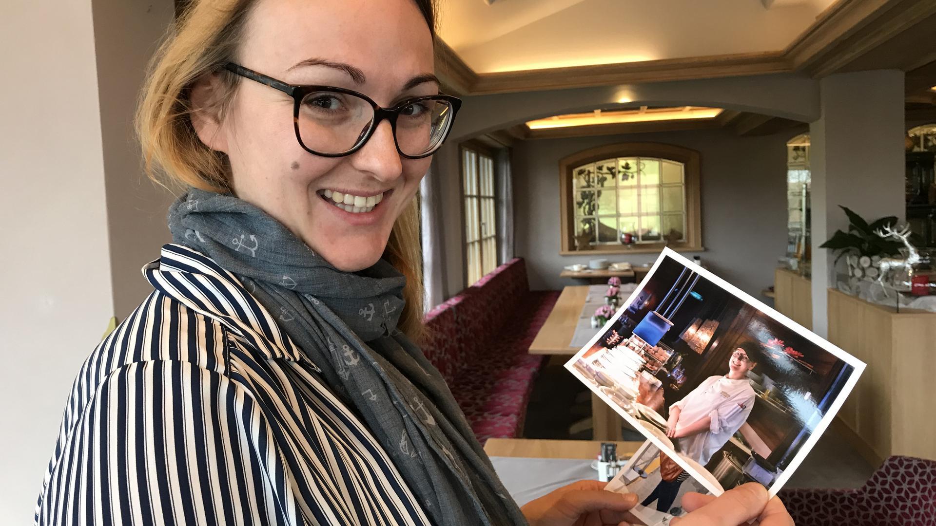 Möller zeigt ein Bild von ihrer Arbeit in der Board-Küche.