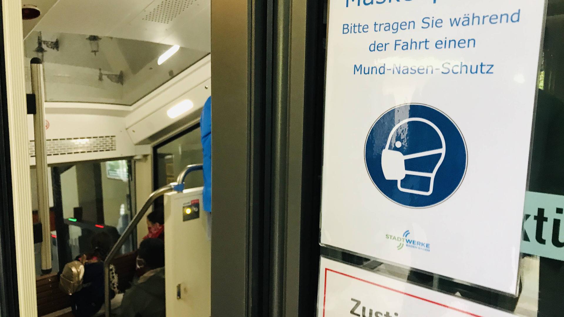 An einem Wagen der Merkurbergbahn wird auf die Masenpflicht hingewiesen.