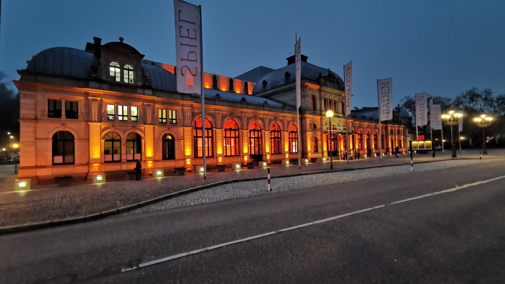 In sattem Orange erstrahlte das Festspielhaus in  Baden-Badener am Mittwochabend.