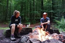 Sabine Meier und Florian Boos aus Sinzheim am Lagerfeuer im Camp Grimbach.