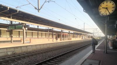 Ein einzelner Mann steht am leeren Gleis in Baden-Baden.
