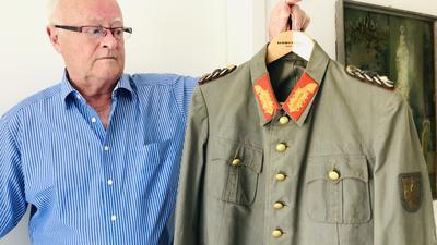 Ein Mann zeigt eine Uniformjacke. Dabei handelt es sich um die Originaljacke, die der damalige Stadtkommandant und deutsche General Dietrich von Choltitz am 25. August 1944 trug, als er die Kapitulationsurkunde und damit das Ende der deutschen Besetzung der französischen Hauptstadt unterschrieb.