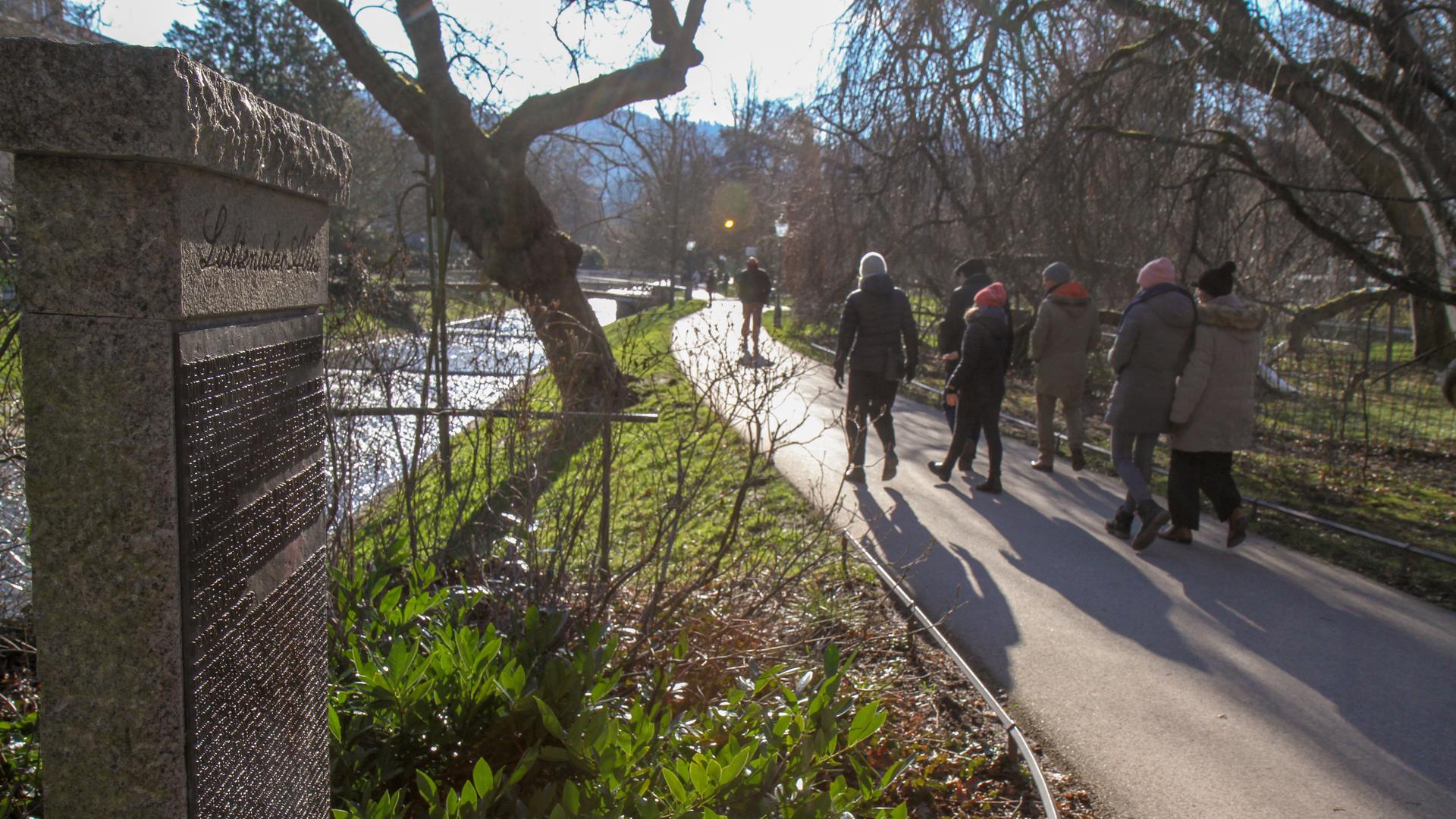 Menschen laufen entlang der Lichtentaler Allee in Baden-Baden.