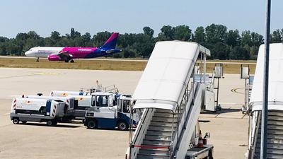 Auf dem Flughafen Karlsruhe/Baden-Baden (FKB) landet ein Flieger.