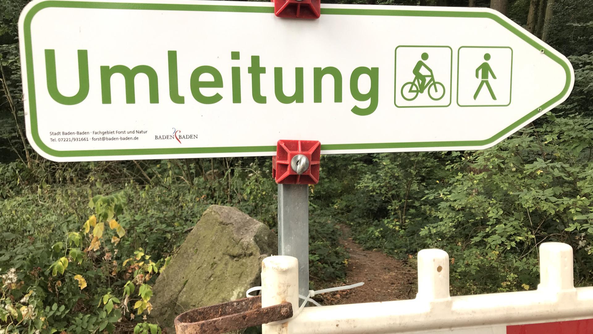 Im Stadtwald von Baden-Baden stehen Umleitungsschilder für Wanderer und Mountainbiker, weil Wege wegen Holzfällarbeiten derzeit gesperrt sind.