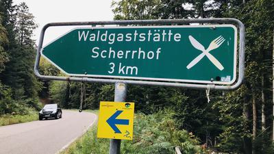 Ein Hinweisschild weist auf die Zufahrt zur Waldgaststätte Scherrhof im Stadtwald von Baden-Baden hin.