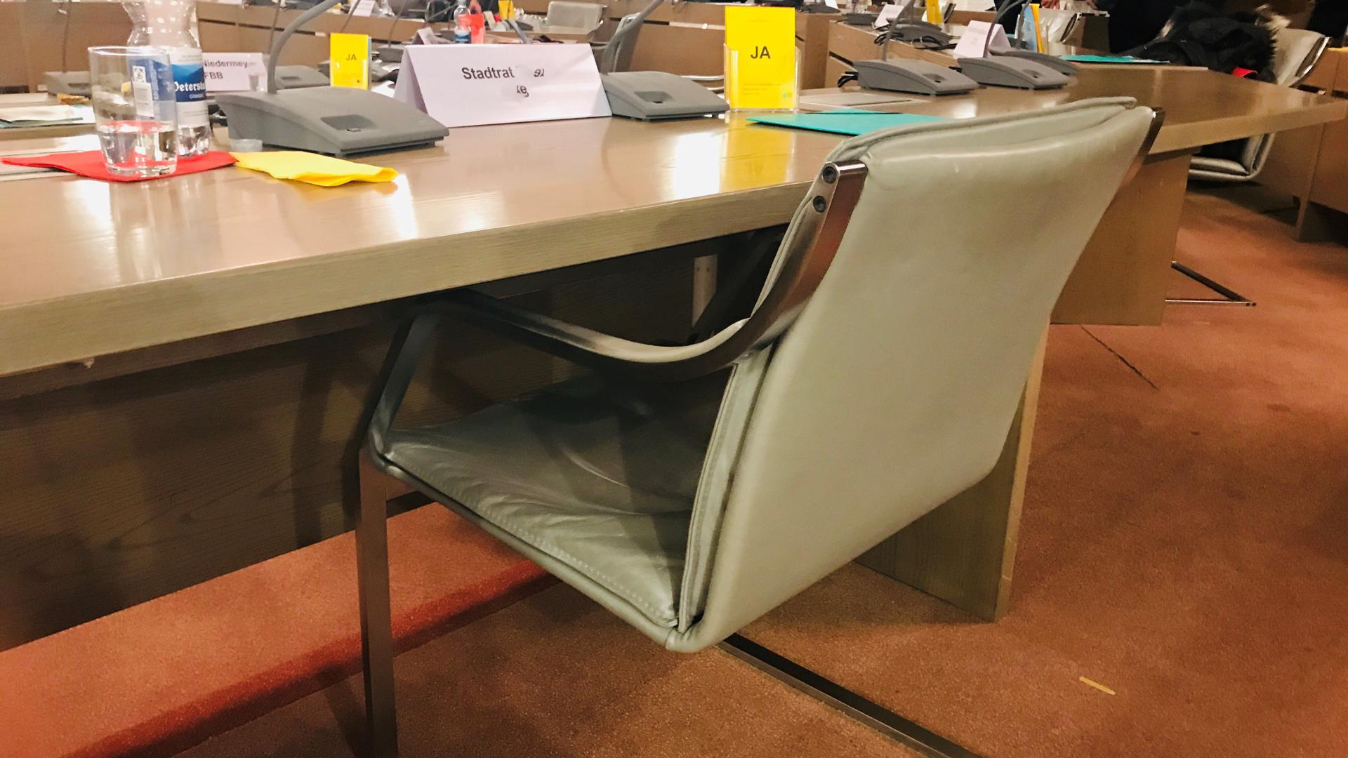 Im Ratssaal der Stadt Baden-Baden ist steht ein Stuhl am Tisch eines Bürgervertreters.