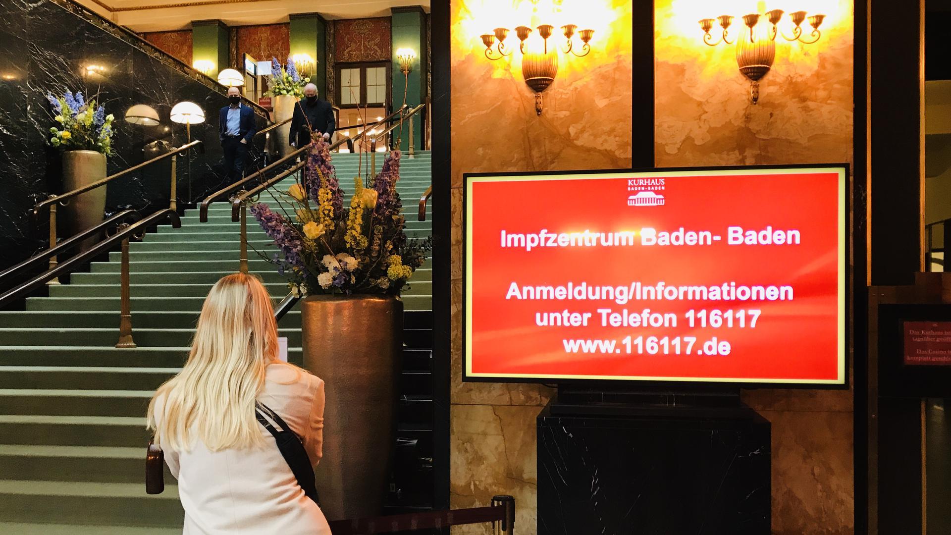Am Eingang zum geplanten Impfzentrum im Kurhaus Baden-Baden wird auf die Anmeldung über die Telefonnummer 116117 hingewiesen.