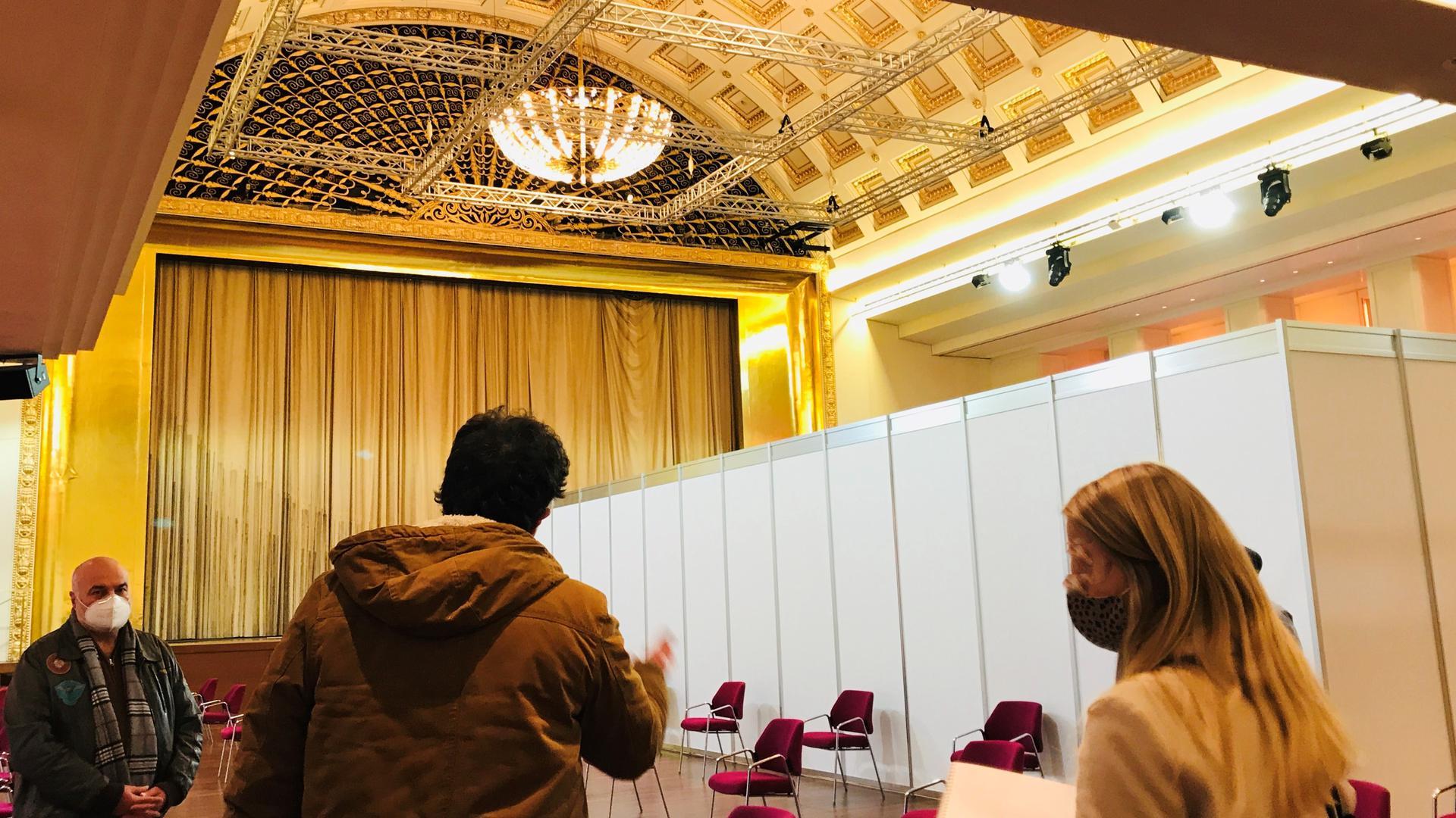 Für die Corona-Schutzimpfungen im Impfzentrum im Kurhaus Baden-Baden werden Wartezonen eingerichtet, um zu gewährleisten, dass der Mindestabstand eingehalten werden kann.