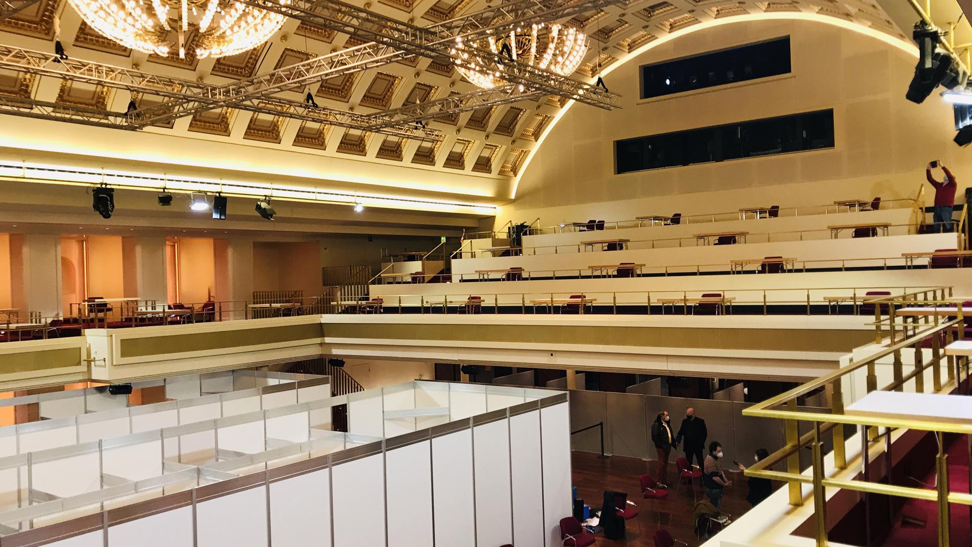 Blick in denBénazetsaal des Kurhauses, der für das Impfzentrum im Stadtkreis Baden-Baden mitbenutzt wird.