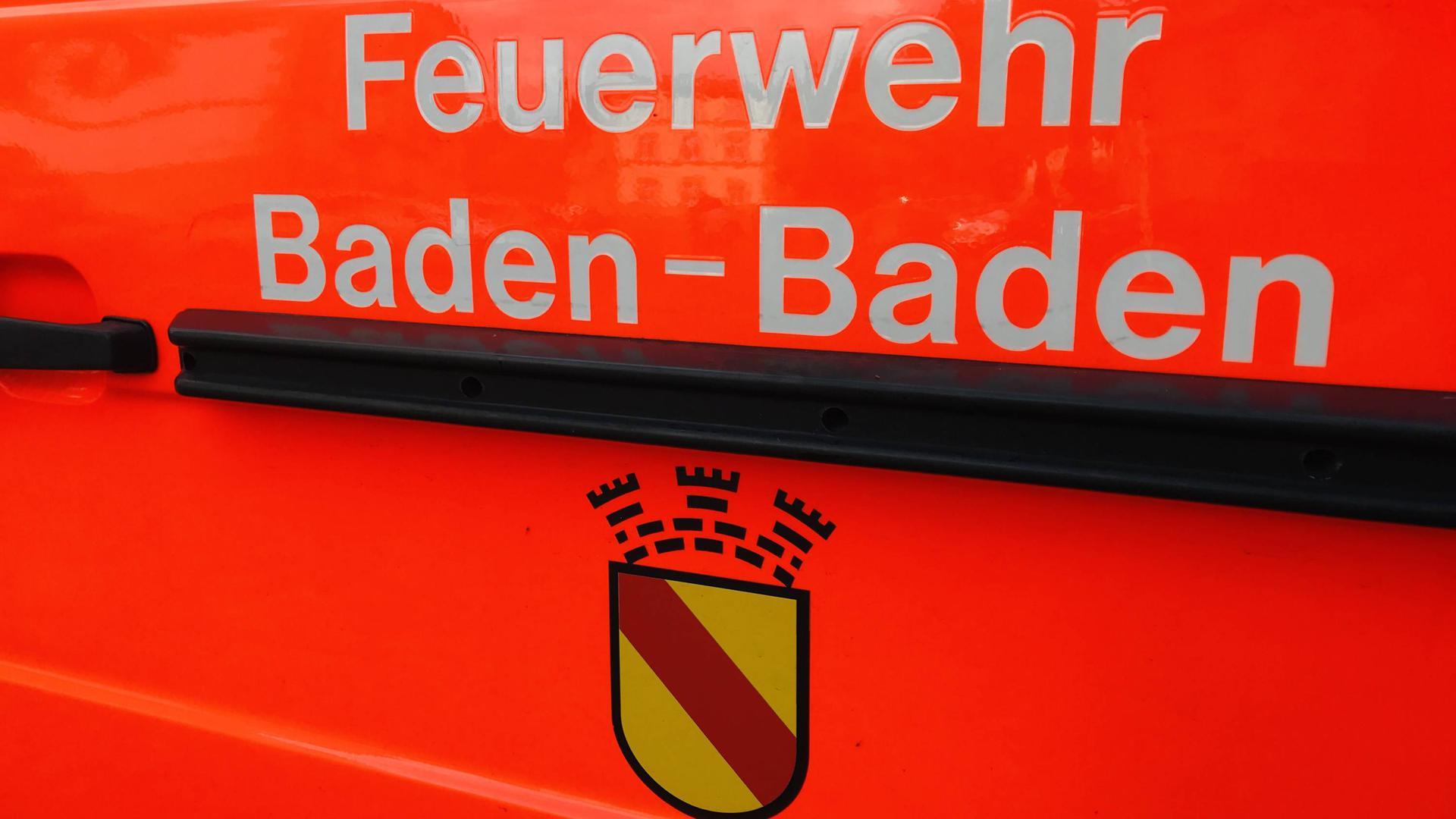 Ein rotes Feuerwehrauto trägt die Aufschrift Feuerwehr Baden-Baden