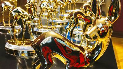 Vergoldete Rehkitze stehen im Festspielhaus Baden-Baden für die Bambi-Verleihung am 21. November 2019 bereit