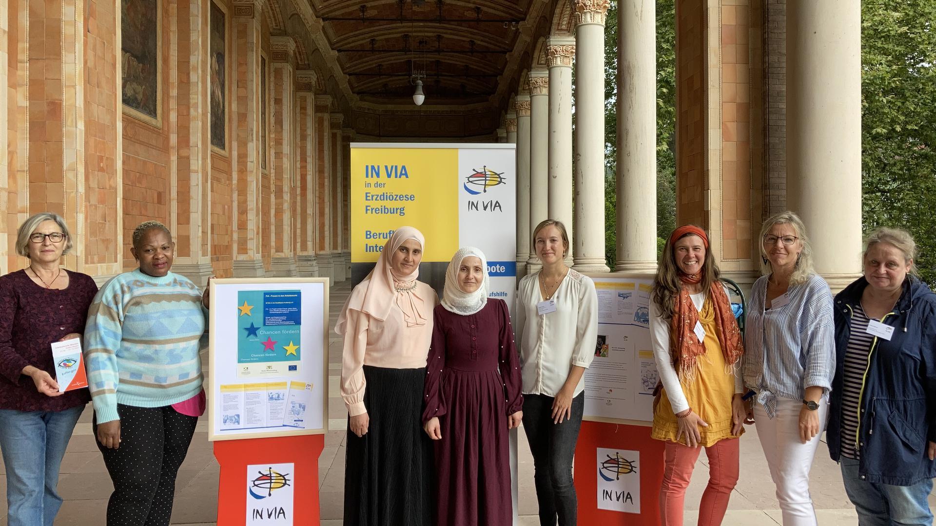 Acht Frauen stehen in der Trinkhalle vor Informationstafeln ihres Projekts.
