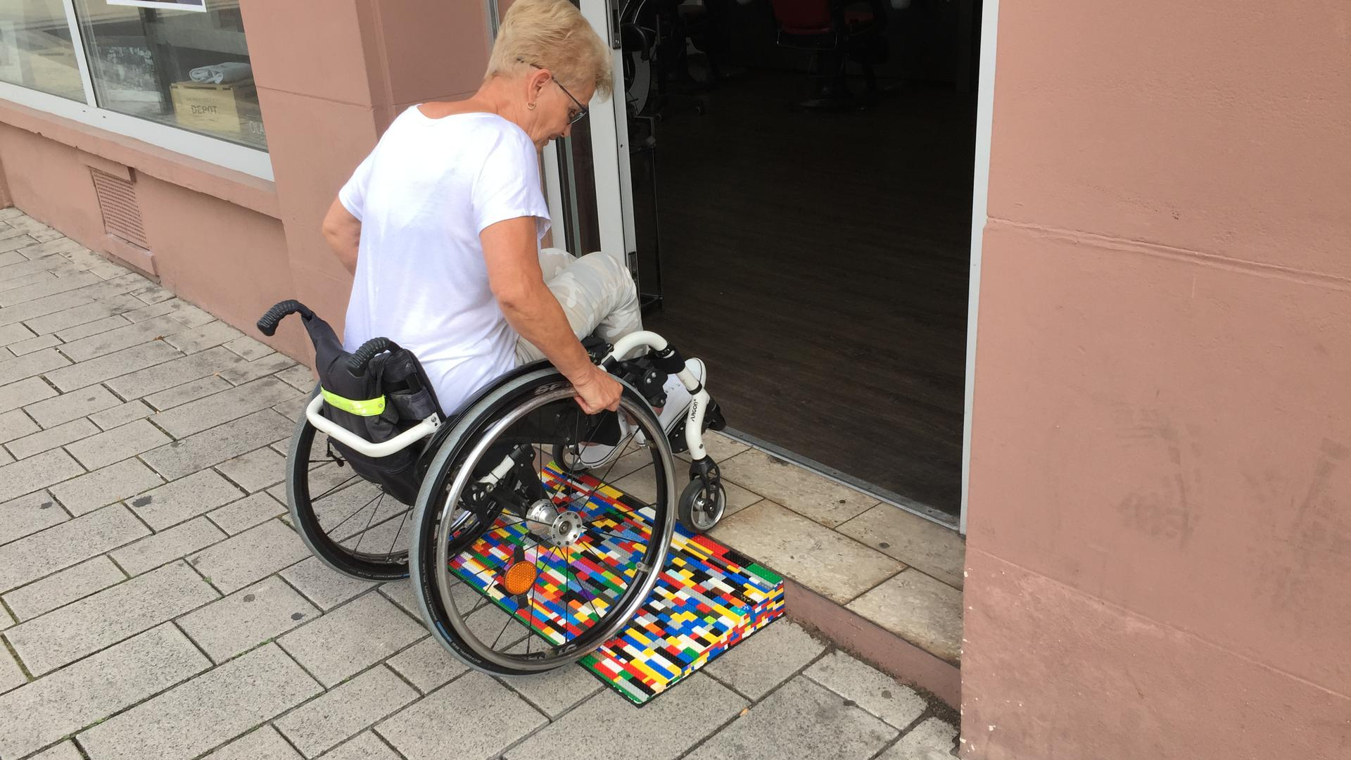 Was sich auf den ersten Blick noch außergewöhnlich anhört, funktioniert in der Realität bestens: Kleine mobile Rampen, gefertigt aus Lego-Steinen, erleichtern behinderten Menschen den Alltag.