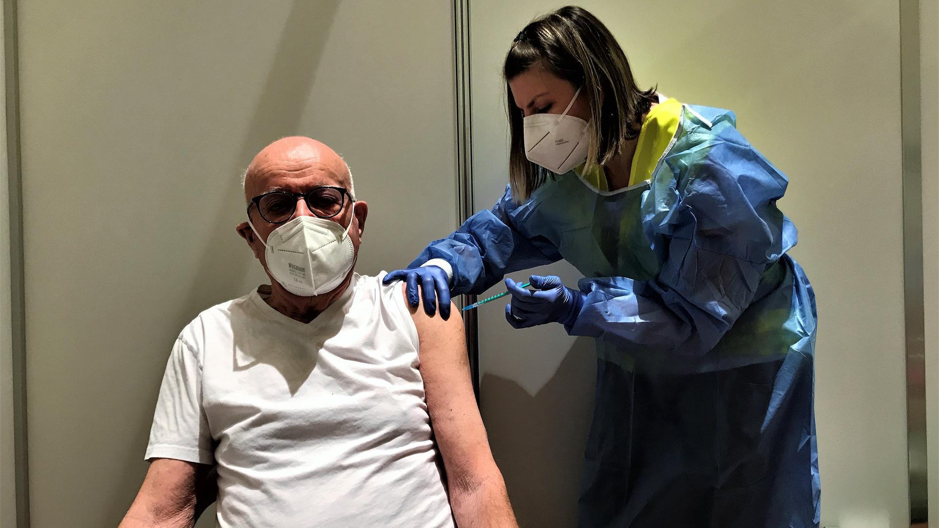Fatma Consolino verpasst Hans-Joachim Lehmann im Impfzentrum des Kurhauses Baden-Baden den Covid-19-Schutz.