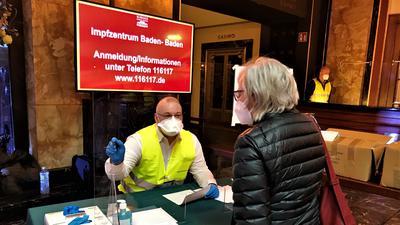 Im Kurhaus-Foyer prüft das Verwaltungspersonal zunächst die Unterlagen der angemeldeten Impfberechtigten.