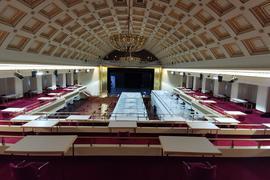 Die Kabinen im Bénazet-Saal des Kurhauses Baden-Baden für das geplante Impfzentrum sind bereits aufgebaut.