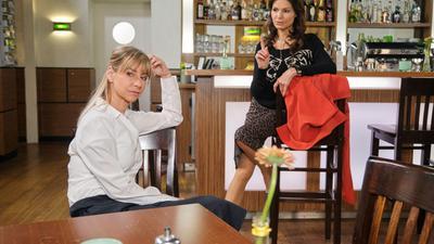 Ute (Isabell Hertel, links) scheut sich, vor Chris und Corinna das glückliche Ehepaar zu spielen. Rechts Britta (Tabea Heynig)  Die Verwendung des sendungsbezogenen Materials ist nur mit dem Hinweis und Verlinkung auf TVNOW gestattet.