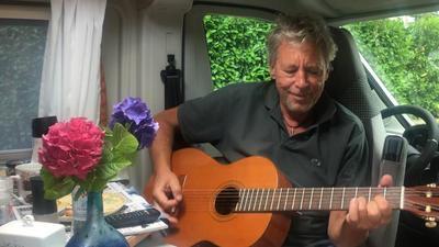 Flugkapitän Jörg Kujack hat sich als Liedermacher versucht und sein Song kommt bestens an.