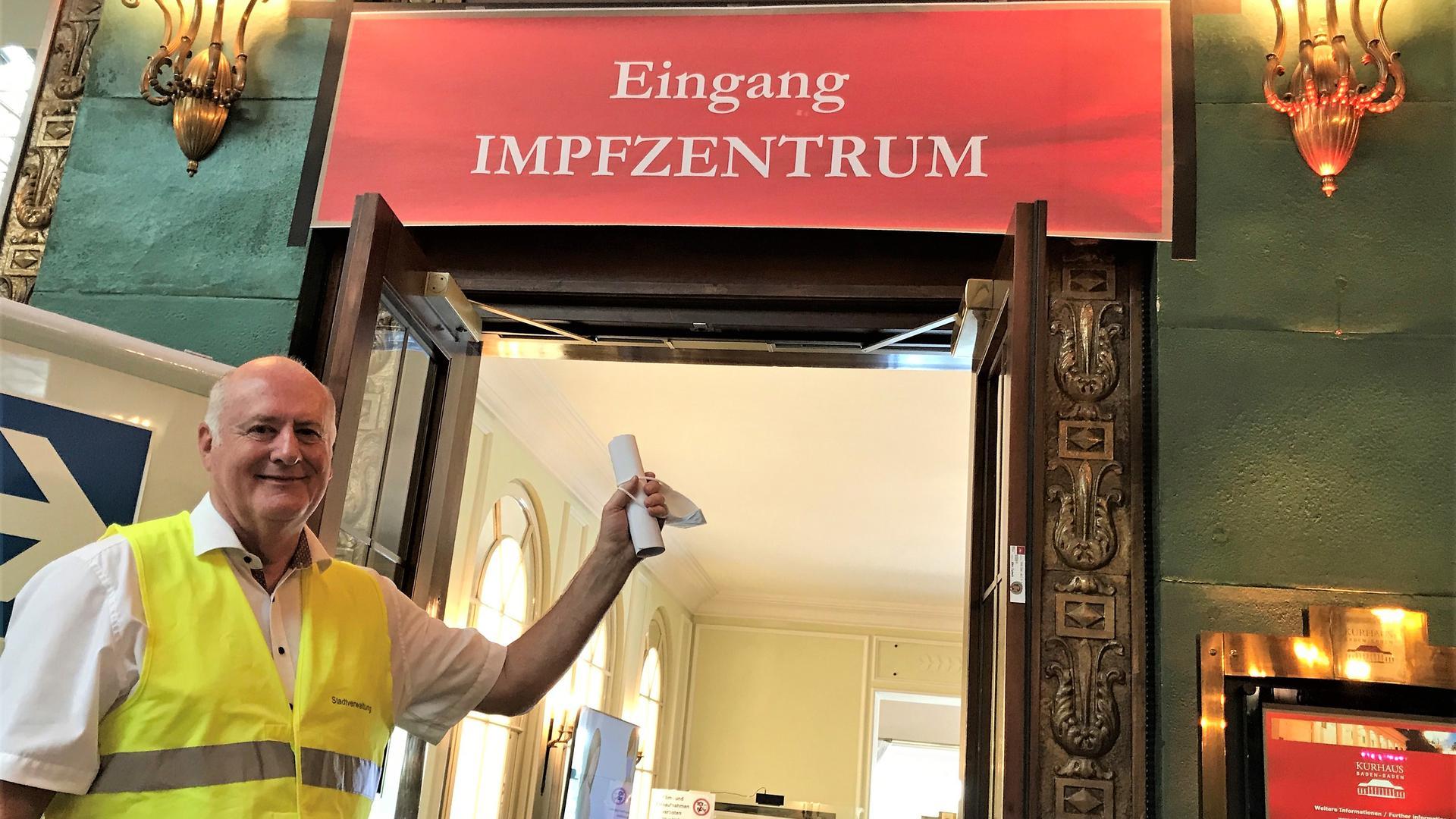 Ein Mann steht vor dem Eingang des Kreisimpfzentrums im Kurhaus Baden-Baden.