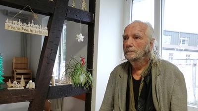 Der Wohnungslose Jochen Bernhardt steht im Esszimmer der Wohnungslosenunterkunft in Baden-Baden.