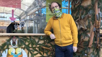"""Ein Glücksfall: Als Abholstation darf der Baden-Badener Buchhändler Josua Straß die Durchreiche nutzen, die eigentlich zum benachbarten Lokal """"Löwenbräu"""" gehört. """"Da bin ich sehr dankbar."""""""