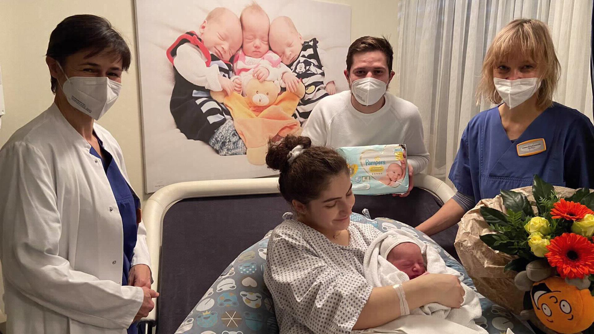 Troi heißt das erste Baby an Heiligabend 2020 im Klinikum Mittelbaden in Baden-Baden-Balg. Ärztin Alexandra Hebestreit (links) freut sich mit den glücklichen Eltern  Albina Kabashi Hoti und Smajl Hoti sowie Hebamme Charlotte Glandien (rechts).