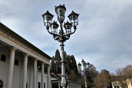 Ein Kandelaber fehlt nach wie vor in der Reihe vor dem Kurhaus. Eine Spezialfirma rekonstruiert die historische Laterne, die voraussichtlich in den den kommenden Monaten an ihren angestammten Platz zurückkehren soll.